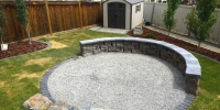 retaining wall - belvedere wall in copper canyon with dimensional coping in pacific grey charcoal cobble border around grushed gravel Kendal boulders