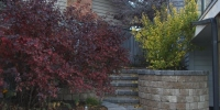 retaining wall - desert bluff roman pisa retaining wall and steps with charcoal revers a cap coping