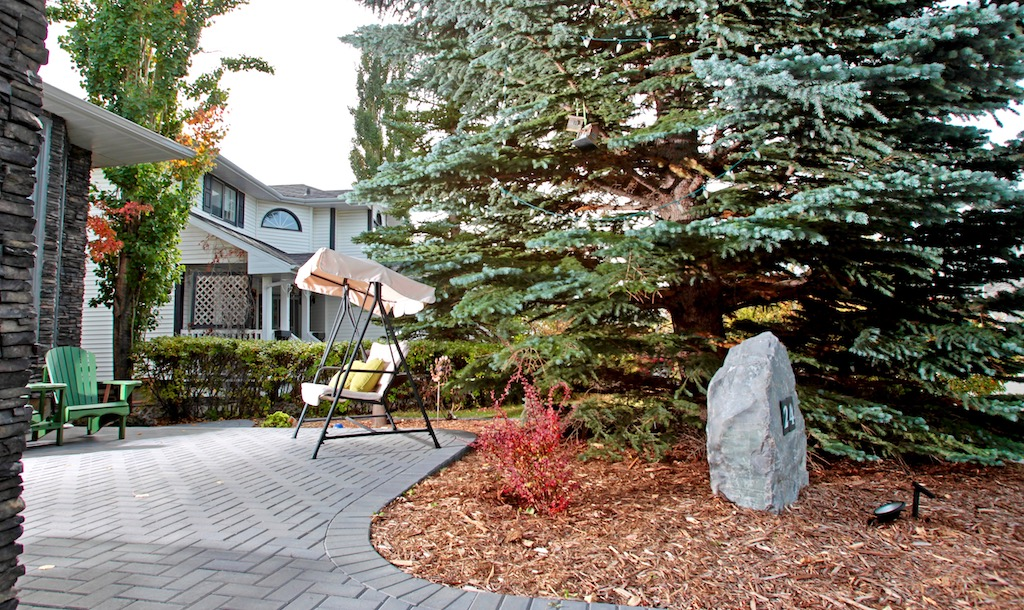 Charcoal Holland Pavers in a herringbone pattern, cedar mulch and a decorative boulder